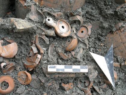 sítio arqueológico com lâmpadas antigas